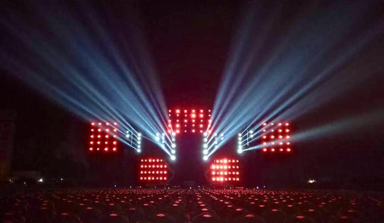 图为演唱会现场灯光效果 本次演唱会的灯光部分采用艺术形式呈现给